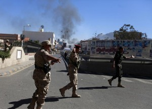انتحاري ومسلحون يقتلون 52 في هجوم على وزارة الدفاع اليمنية