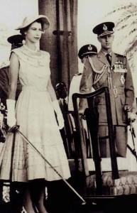 الملكة إليزابيث في عدن عام 1954، تحمل بيدها سيفا لتكريم الفرسان على الطريقة الإنجليزية